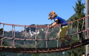 Kinder lieben Klettern - egal ob draußen oder am Kletterdreieck